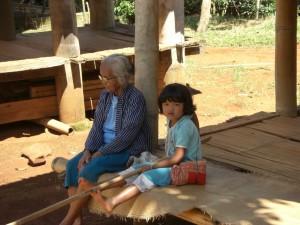 ...ältere Leute und Kinder bleiben im Dorf und beschützen den zu trocknenden Reis mit langen Stöcken vor den Hühnern :-)