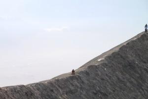 Wenn man am Kraterrand etwas weitergeht wirds gleich ruhiger und einsamer - obwohl ungefaehrlich traut sich hier niemand her