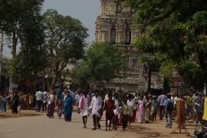 Buntgemischte Menschenmenge vor dem Eingang des Haupttempels