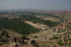 hier ein Blick auf das Stadtzentrum von Hampi mit dem Haupttempel