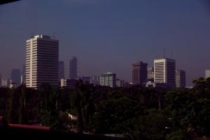 Jakarta ist eine moderne Stadt - Hochhaeuser, Smog und Parks