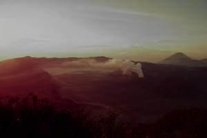...und durch den umherziehenden Morgennebel und den RAuch des Bromo Vulkans echt gespenstisch