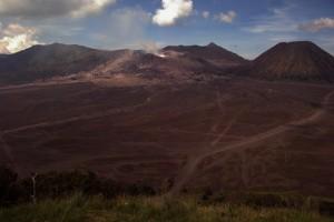 Der Blick direkt von unserer Unterkunft auf den grossen Krater Tengger Caldera mit den kleinen Vulkanen links der rauchende Bromo, rechts der erloschene Mt. Botok und im Hintergrund(kleine Spitze) Gunung Semeru