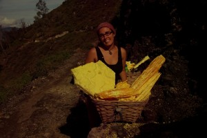 Die Schwefelsulfate selbst leuchten in einem kraeftigen, wunderschoenen Gelb