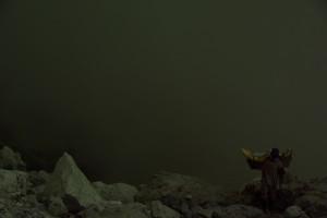 Ein Mann kommt mit seiner Ladung aus dem Inneren des Kraters