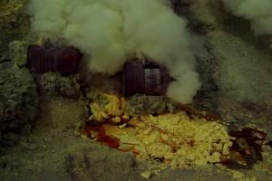 Mit diesen Faessern werden die Schwefeldaempfe verfluessigt, wenn die Fluessigkeit erkaltet koennen die Stuecke abgebaut werden
