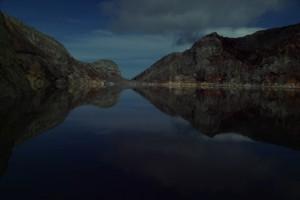 ...die Wasseroberflaeche spiegelt aber wunderschoen die bunten Farben des Vulkangesteins wieder