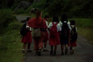 ...die Schulmädchen die uns am Weg begegnen sind gleich hin und weck von Dani...