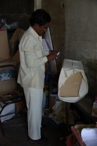 vor der Post treffen wir einen ehemaligen Schneider, der uns beim richtigen Verpacken hilft :-)