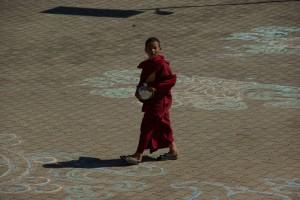 dieser junge Novize ist im Sera Je Monastery auf dem Weg zum Mittagessen