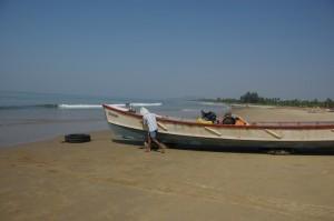 Aaaufgehts, schiiieben. Das Fischerboot wird fuer unsere Fahrt zur Vollmondbucht flott gemacht