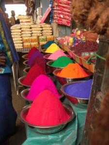 aber nicht nur Lebensmittel, auch diese kraeftigen Farbpaletten sind haeufig zu sehen - dienen u.a.dazu, um sich fuer sakrale Handlungen zu schmuecken