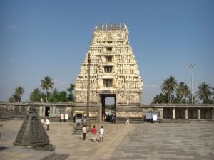 der Eingang des Tempelkomplexes von Belur - weisst wieder die typische Form auf