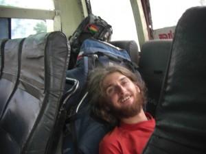 mit Sack und Pack auf dem Weg nach Gokarna - leider hatten wir nicht in jedem Bus so viel Platz, dass wir gemuetlich schlafen konnten; ausserdem hat es einen in der letzten Reihe bei jeder Bodenerhebung ca 30 cm oder mehr vom Sitz aufgehoben