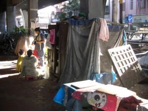 ...wir gehen durch das Wohn-Schlafzimmer einer obdachlosen Familie, hier wird gekocht, getratscht, geschlafen und Toilette gemacht...