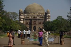 Golgumbaz - Das Grabmal von Schah Mohammed Adil und das Wahrzeichen Bijapurs (die viertgroesste Kuppel der Welt)