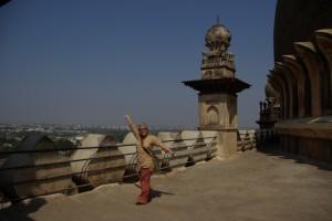 Dani geniesst die Aussicht von der Kuppel auf Bijapur