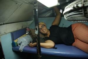 Dani machts sich auf ihrer Pritsche ganz oben unter dem Waggondach (auf jeder Abteilseite sind 3 Betten) bequem