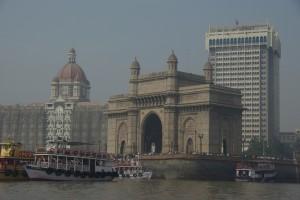 Der Triumphbogen (Gateway of India), im Hintergrund das Luxushotel Taj Mahal, das durch die Terrorattentate vom November 2008 beruehmt wurde