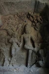 Die Felsentempel sind mit schoenen Reliefdarstellungen der indischen Goetter geschmueckt