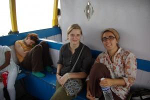 Mit Miri und der noch etwas mueden Franzi am Weg nach Elefanta