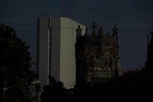 Ein typisches Mumbaibild - victorianische Kirche neben modernstem Hochhaus