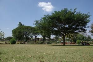 so liegt Halebid, inmitten einer schoenen Parkanlage mit kleinem See