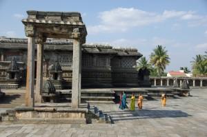 ...ganz klar handelt es sich hier um ein -lebendes- Hinduheiligtum - welch ein Farbkontrast :-)