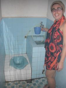 Ein besonderes Foto. Endlich haben wir uns errinnert ein typisch indonesisches BAd zu fotographieren. Das Wasserbecken beinhaltet das Wasser zum spülen und fürs duschen, wobei jeweils einfach ein Becher Wasser ins Klo bzw über den Kopf gegossen wird. Einfach und effizient