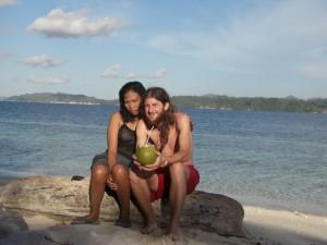 ... und Alex mit Nancy, Danos Gehilfin und Kokosnuss. Mehr Einwohner hatte die Insel nicht