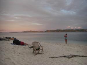 Zwei Inselmitbesucher (Franzosen) geniessen mit uns den Sonnenuntergang