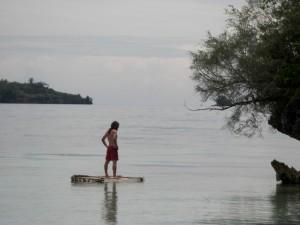 Alex testet wie man sich wohl auf einem Floß als Schiffbrüchiger in der Südsee fühlt - gar nicht mal so schlecht :-)