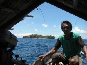 Und ab gehts mit dem Langboot zur größeren Schwesterinsel - einen schwermütigen Blick auf unser Paradies gerichtet