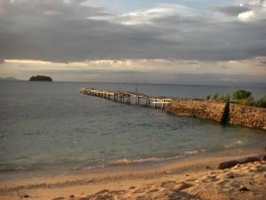 Der Strand vor unserem Bungalow in Kadikiri - schön aber in weiter ferne sieht man Taipi