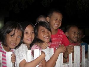 Die Kinder haben große Freude uns beim Bakso essen (indon. Fleischbällchensuppe) zu bestaunen